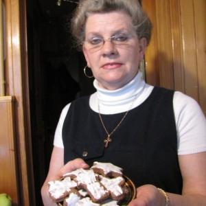 Pani Elżbieta Kożuszek prezentuje upieczone własnoręcznie pierniczki. Fot. Radosław Kożuszek.