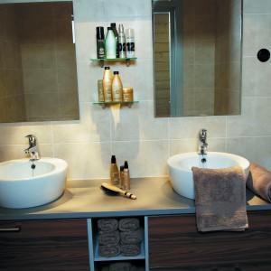 Aby lustro nie zaparowało podczas kąpieli można wetrzeć w nie małą ilość pianki go golenia. Następnie polerujemy taflę. Fot. Oras.