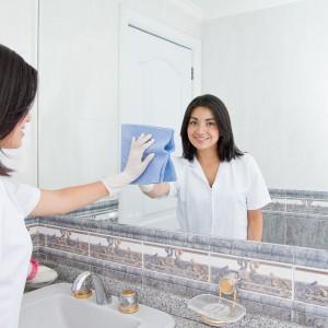 Czyste lustro jest doskonałym elementem dekoracyjnym, który dodaje łazience głębi i powiększa ją optycznie. Nawet jeśli nie zawsze mamy ochotę je pięknie wyczyścić to przed świętami na pewno warto, aby pięknie błyszczało. Fot. Shutterstock.