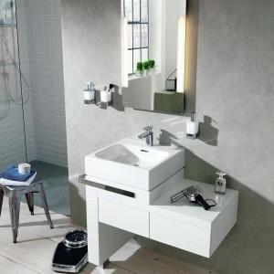 Cena: 6.244, 22 zł. Esprit home bath concept z oferty Kludi to konsola z umywalką oraz komplet szuflad z półką to elementy modułowego zestawu wyposażenia, który pozwala zaoszczędzić miejsce w łazience. Szuflady otwierane przez naciśnięcie na front, konsola z praktycznym relingiem na ręcznik. Fot. Esprit/Kludi.