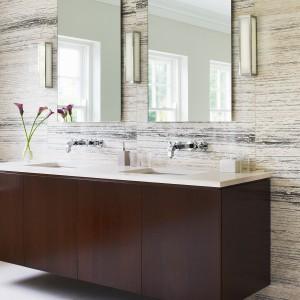 Pasta do zębów to źródło nie tylko plam. To także sposób na zaparowane lustro. Rozsmaruj na nim pastę do zębów, a następnie dokładnie ją zetrzyj. Fot. Aurora.