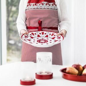 Praktyczny, uniwersalny fartuch kuchenny z biało-czerwonym nadrukiem, w który każda pani domu poczuje się wyjątkowa. Fot. Sagaform.