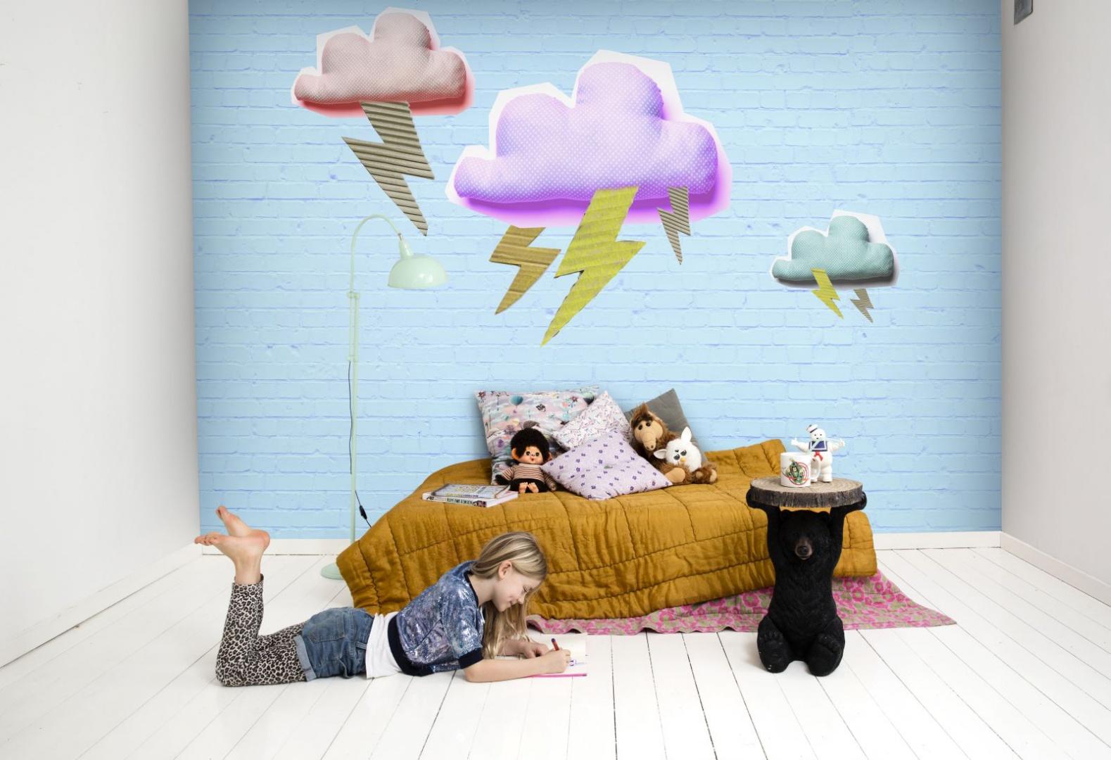 Nastroje nastolatków często podobne są do burzy z piorunami. Wybuchowy charakter dorastających dzieci odzwierciedla tapeta z kolekcji Isabelle Mcallister. Fot. Mr Perswall.