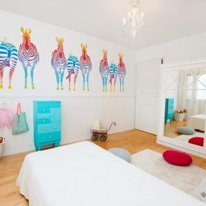 Nietypowe, kolorowe zebry Minka Kids w efektowny sposób rozweselą białą ścianę. Dekoracja sprawdzi się zarówno w pokoju malucha, jak i nastolatka. Fot. Minka Kids.