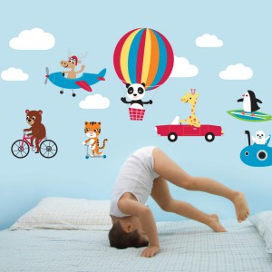 Z kolorowych naklejek marki Lovably Me można ułożyć, np. nad łóżkiem, trasę przelotu czy przejazdu ulubionych zwierzaków. Fot. Lovably Me.