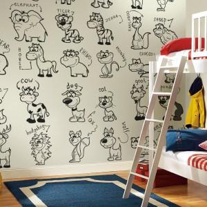 Naklejenie fototapety do kolorowania marki Pixers daje dzieciom dobrą okazje do tego, by samodzielnie nadały ścianie oryginalny wygląd. Maluchy mogą pokolorować zwierzęta według własnego uznania. Fot. Pixers.