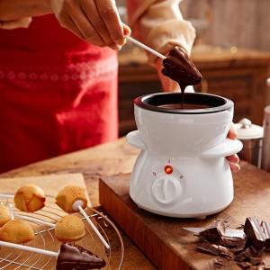 Elektryczne urządzenie do topienia czekolady przyda się podczas dekorowania wypieków lub do wyrobu czekoladowych pralinek. Urządzenie nadaje się również do przygotowania czekoladowego fondue. 59,95 zł, Tchibo. Fot. Tchibo.