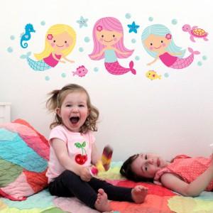 Trzy wesołe syrenki naklejone na ścianie na pewno dopilnują, by do maluchów przychodziły w nocy wyłącznie miłe i kolorowe sny. Fot. Littleville.