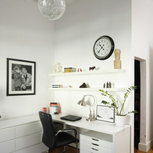 Do biurka w białym kolorze dobrano czarne krzesło tapicerowane w skórze. Projekt: Iwona Kurkowska. Fot. Bartosz Jarosz.