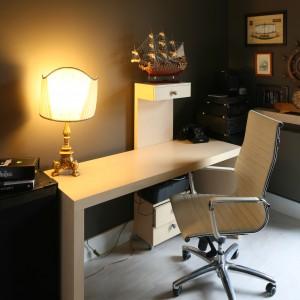 Proste w formie drewniane biurko uzupełnia eleganckie krzesło w tym samym kolorze. Projekt: Monika Włodarczyk, Jarosław Jończyk. Fot. Bartosz Jarosz.