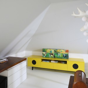 Elegancki blat biurka wykonano z drewna. Jego ciemne wybarwienie ociepla zaaranżowana w bieli przestrzeń. Projekt: Agnieszka Zaremba, Magdalena Kostrzewa-Świątek. Fot. Bartosz Jarosz.