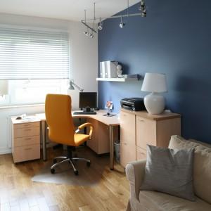 Ulokowane w rogu pomieszczenia narożne biurko to optymalne rozwiązanie do małych, nieustawnych wnętrz. Projekt: Dorota Szafrańska. Fot. Bartosz Jarosz.