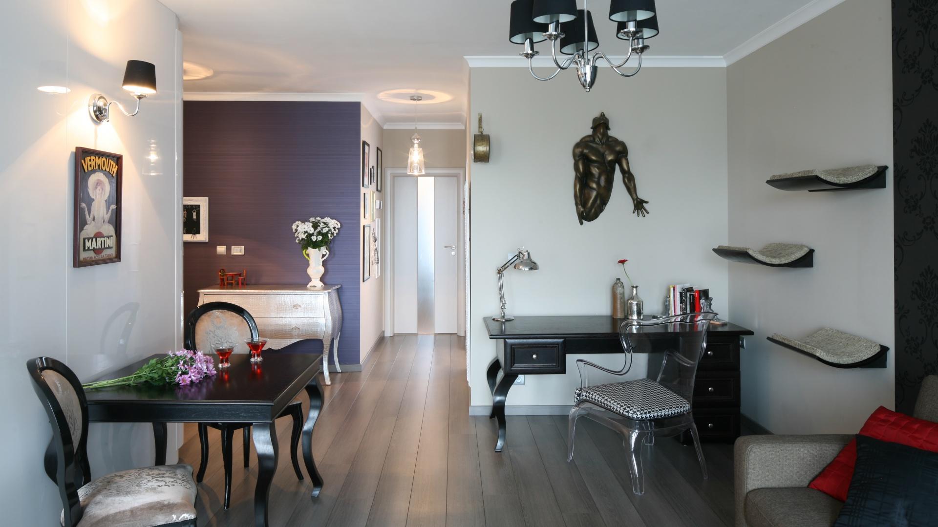 W urządzonym w stylu glamour wnętrzu zdecydowano się na duże tradycyjne biurko z klasycznymi elementami dekoracyjnymi. Projekt: Joanna Nawrocka. Fot. Bartosz Jarosz.
