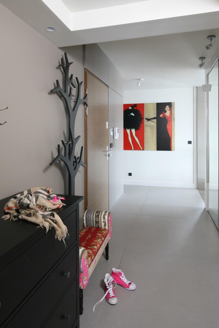 Głównym elementem wystroju strefy wejścia jest wieszak - drzewko. Jednak patchworkowa ławeczka prezentuje się równie intrygująco. Projekt: Małgorzata Borzyszkowska. Fot. Bartosz Jarosz.