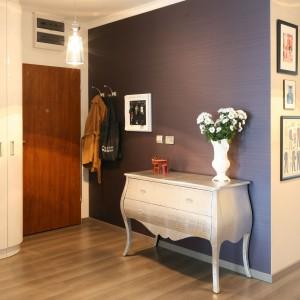 W urządzonym w stylu glamour apartamencie strefa wejścia stanowi jego prawdziwą wizytówkę. Znalazło się tu miejsce zarówno na lakierowana w wysokim połysku białą szafę, jak i stylową komodę w srebrnym kolorze. Projekt: Joanna Nawrocka. Fot. Bartosz Jarosz.