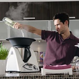 Thermomix to wielofunkcyjne urządzenie, które łączy w sobie 12 funkcji m.in. ważenie, siekanie, miksowanie, mieszanie, rozdrabnianie, mielenie, proszkowanie, wyrabianie ciasta, emulgowanie, gotowanie tradycyjnie lub na parze. Fot. Thermomix.