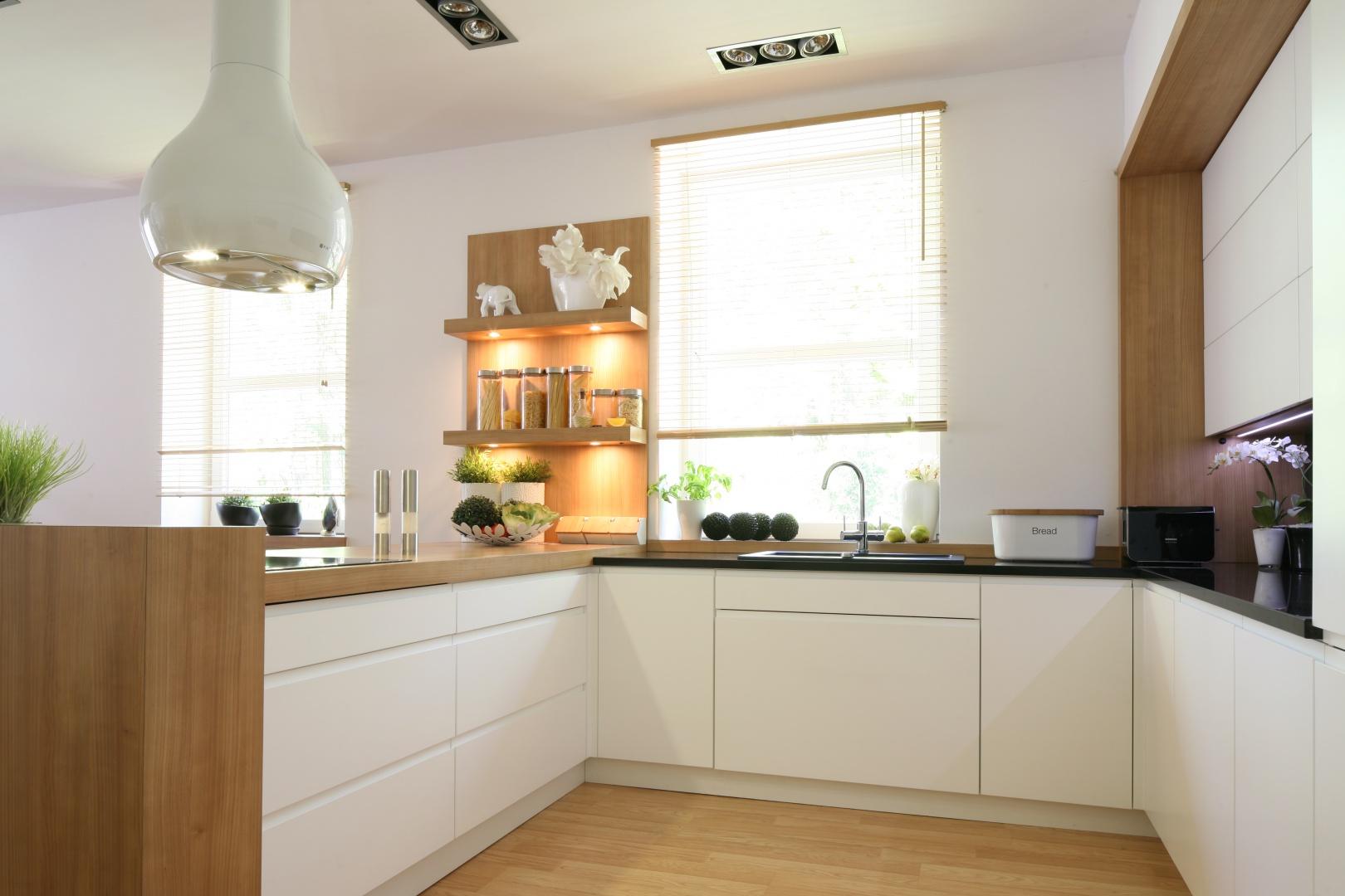 Jeśli chcemy uzyskać efekt jasnej kuchni zacznijmy od podłogi. Powinna być ona wykonana z materiałów w jasnych kolorach, bez względu na to, czy użyjemy kamienia naturalnego, płytek, paneli lub drewna. Projekt: Małgorzata Błaszczak. Fot. Bartosz Jarosz.