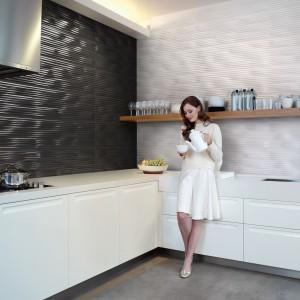 Stykające się ze sobą ściany wykończono kontrastującymi płytkami, nadając kuchni nowoczesny, elegancki nastrój. Efektowna struktura płytek to futurystyczny akcent w kuchni. Fot. Aparici, kolekcja Nordic.