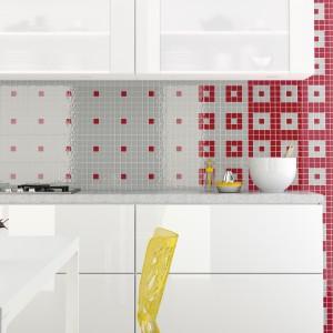 Ścianę w kuchni możemy pokryć również szkłem. Tutaj w wersji w postaci szklanych insertów dekoracyjnych, które możemy komponować z płytkami ceramicznymi lub zestawiać ze sobą. Fot. Opoczno.