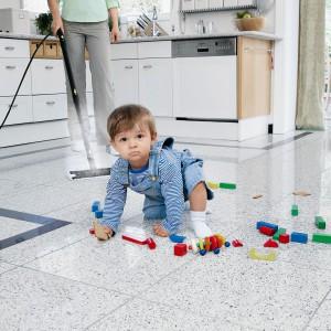 Mopy parowe to idealny pomocnik przy sprzątaniu mieszkania, w którym są małe dzieci. Fot. Kärcher.