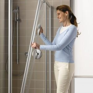 Ogromy wybór środków do czyszczenia  konkretnych powierzchni (np. kabin prysznicowych czy zlewozmywaków) bardzo ułatwia sprzątanie. Fot. Kermi.