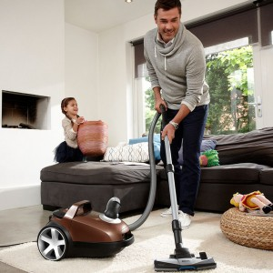 Specjalne szczotki do odkurzaczy ułatwią czyszczenie dywanów z różnych, często kłopotliwych zanieczyszczeń. Fot. Philips.