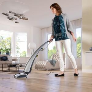 Urządzenia wielofunkcyjne potrafią odkurzać, myć i suszyć za jednym razem, co znacznie skraca czas sprzątania. Fot. Philips.