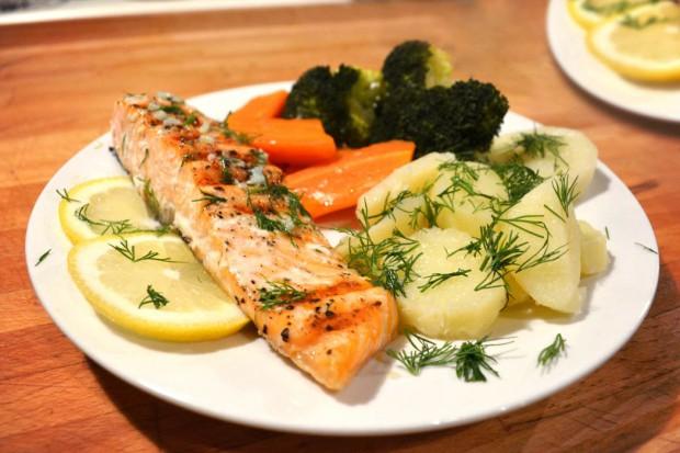 Podawany z warzywami gotowanymi na parze i maślanym sosem czosnkowo-cytrynowym. Porcjadla dwóchosób.