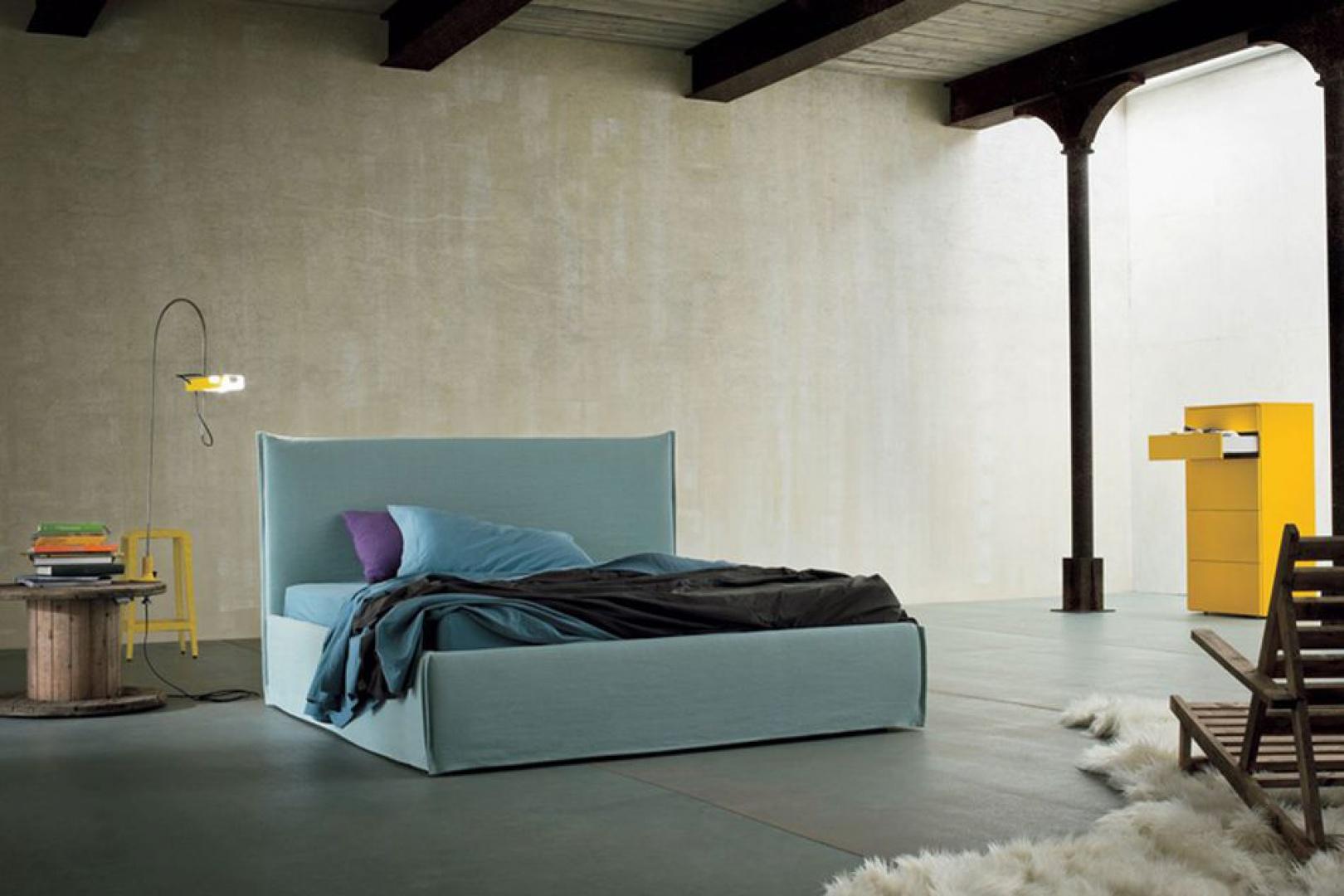 Tapicerowane, błękitne łóżko o prostej formie doskonale sprawdzi się w nowoczesnych wnętrzach. Fot. Dall'Agnese.