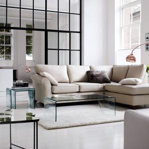 Jasna sofa, bez względu na formę, zawsze wygląda elegancko i szykownie. Ponadto nie przytłacza przy tym wnętrza. Fot. Marks&Spencer.