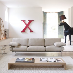 Trzyosobowa, sofa Diesis włoskiej marki B&B Italia. Stalowy stelaż i cienkie nogi sprawiają, że kanapa idealnie sprawdzi się ultranowoczesnych wnętrzach. Fot. B&B Italia.