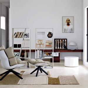 Designerski fotel Husk marki B&B Italia. Jego obecność we wnętrzu nada aranżacji salonu oryginalny charakter. Fot. B&B Italia.
