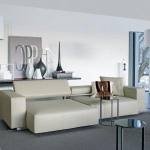 Skórzana sofa Andy, tapicerowana jasną skórą, z regulowanym oparciem zapewni komfortowy wypoczynek podczas oglądania telewizji lub czytania książki. Fot. B&B Italia.