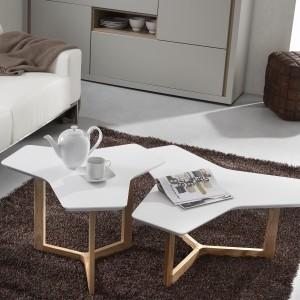 Oryginalny stolik kawowy marki La Forma, którego jasny blat przypomina kształtem wiatrak. Meble dostępne są w sklepie Le Pukka. Fot. Le Pukka.