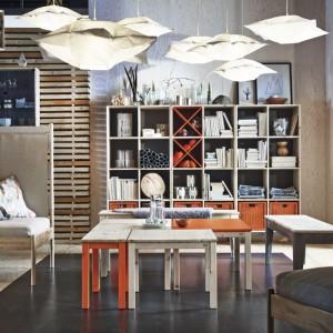 Regał Nornas z nowej kolekcji marki Ikea wykonany z jasnego drewna zastąpi klasyczną meblościankę w salonie inspirowanym stylem skandynawskim. Cena: 699 zł. Fot. Ikea.