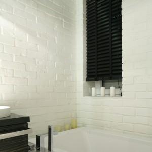 Cegła w łazience decyduje o stylu wnętrza. Dzięki niej łazienka zyskuje chłodny skandynawski klimat, przy okazji efektownie dekoruje wnętrze. Projekt: Dominik Respondek. Fot. Bartosz Jarosz.