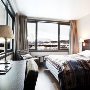 Zimowe wzory, typowe dla skandynawskiego wzornictwa doskonale komponują się z wystrojem sypialni. Fot. Skifer Hotel w Norwegii.
