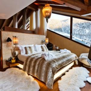 W sypialni zadbano o każdy detal: odpowiedni dobór tkanin, oświetlenia, dekoracji. Fot. Chalet Zermatt Peak.