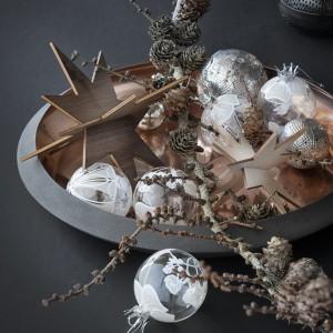 Drewniane gwiazdy znakomicie uzupełnią świąteczną aranżację stołu. Fot. Rosendahl.