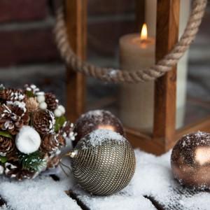 Uroczą kulę z szyszek można powiesić na choince lub wykorzystać jako ozdobę stroika lub stołu. Fot. Almi Decor.