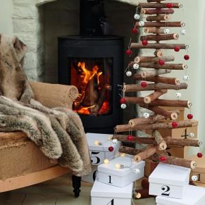 Choinka z cienkich pni to niezwykle designerska propozycja, która w połączeniu z metalowymi bombkami sprawi, że świąteczna dekoracja będzie oryginalna i niebanalna. Fot. Parlane.