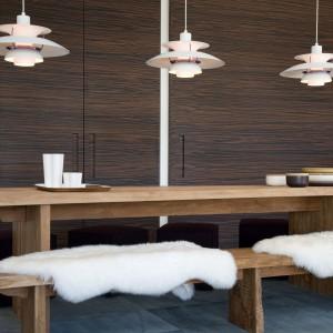Meble w jadalni wykonano z surowego, dębowego drewna. Jasna, ciepła barwa pięknie komponuje się z czekoladowym odcieniem hebanowej wysokiej zabudowy oraz efektownie kontrastuje z chłodnym odcieniem serpentynu na podłodze. Projekt: arch. Laura Consiglio, arch. Francesca Menga/Carlo Donati Studio. Fot. Carlo Donati Studio.