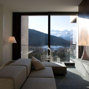 Panoramiczne przeszklenia odsłaniają widok na malowniczy krajobraz szwajcarskich Alp. Wpuszczają także promienie słońca, naturalnie rozświetlając przestronne wnętrze. Projekt: arch. Laura Consiglio, arch. Francesca Menga/Carlo Donati Studio. Fot. Carlo Donati Studio.