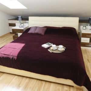 Neutralna, uniwersalna kolorystyka sypialni daje możliwość wprowadzenia dodatków w dowolnym kolorze. Fot. Bartosz Jarosz.