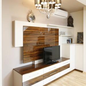 Wszystkie meble w sypialni mają spójną, jednakową kolorystykę. Zadbano także o właściwy dobór oświetlenia każdej strefy. Fot. Bartosz Jarosz.