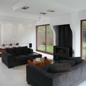 Białe ściany znakomicie wyglądają w nowoczesnych wnętrzach. Duże przeszklenia dodatkowo powiększają przestrzeń salonu. Projekt: Adam i Monika Bronikowscy. Fot. Bartosz Jarosz.