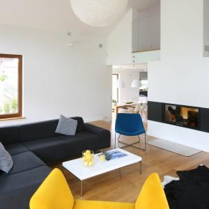 Białe ściany sprawiają, ze różnorodność kolorystyczna mebli wypoczynkowych wygląda niezwykle gustownie i nie przytłacza wnętrza.Projekt: Małgorzata Galewska. Fot. Bartosz Jarosz.