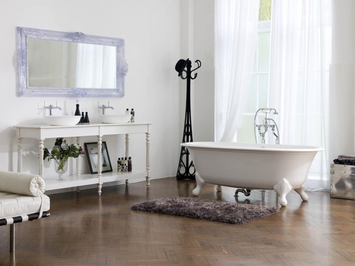 Klasyczna wanna na nóżkach, model  Radford z katalogu Victoria+Albert idealna do łazienki w stylu angielskim. Fot. Victoria+Albert.