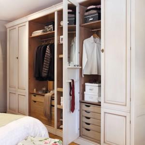 Wysoka zabudowa to sposób na  uporządkowanie nawet najbardziej obszernej garderoby. Fot. Grange.