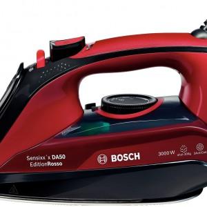 Miękki uchwyt żelazka firmy Bosch uchroni od bólu dłoni nawet przy długim, świątecznym prasowaniu, a wygodne przyciski umożliwią bezproblemową regulację. Fot. Bosch.